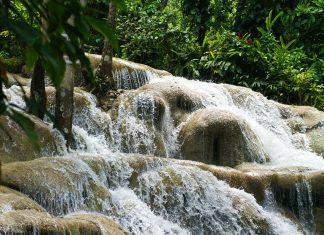 Dunn's River Falls in Jamaika - © Julie Fine / Shutterstock
