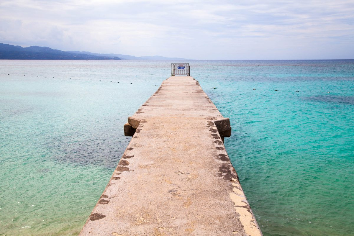 Türkisfarbenes Meer am Strand in Montego Bay, Jamaika - © Alison Toon / Shutterstock