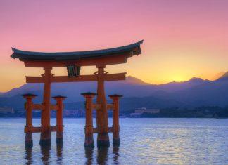 "Das berühmte hölzerne ""Torii"" auf der Insel Itsukushima bei Sonnenuntergang, Japan - © SeanPavonePhoto / Fotolia"