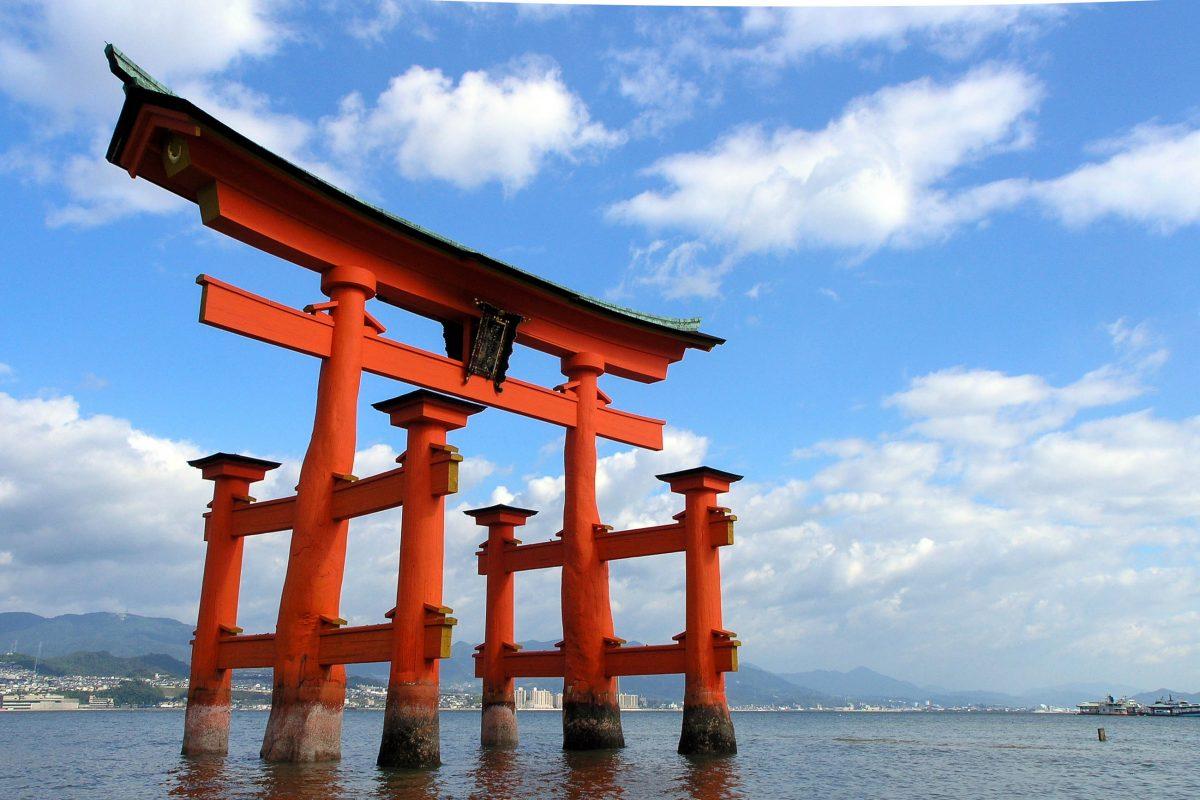 """Das monumentale hölzernen """"Torii"""" vor der japanischen Stadt Hiroshima auf der Insel Itsukushima zählt zu den bekanntesten Sehenswürdigkeiten Japans - © Eskimo71 / Fotolia"""