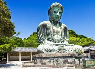 """Der Daibatsu, """"Großer Buddha"""" in der Tempelstadt Kamakura ist mit einer Höhe von 13 Metern die zweitgrößte Bronze Buddha-Statue Japans - © Filip Fuxa / Shutterstock"""