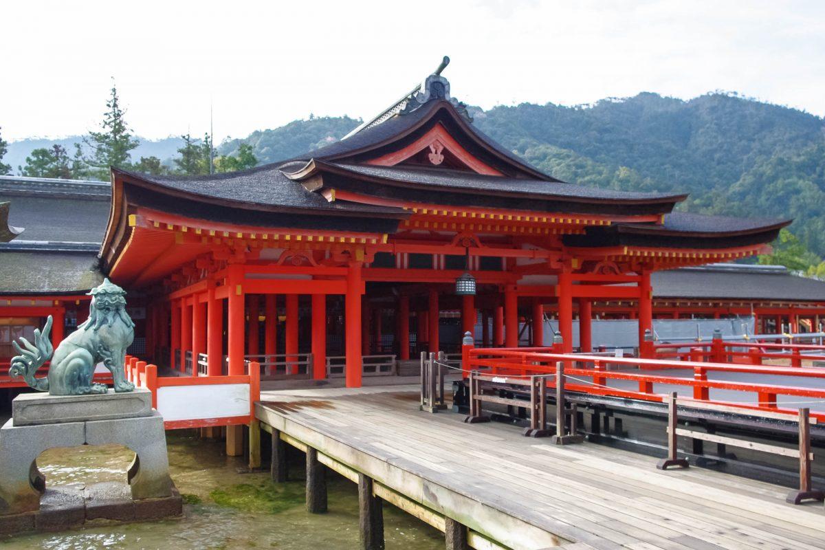 Der Itsukushima-Schrein genannte Gebäudekomplex zählt zu den Nationalen Schätzen Japans - © faruko3022 / Fotolia