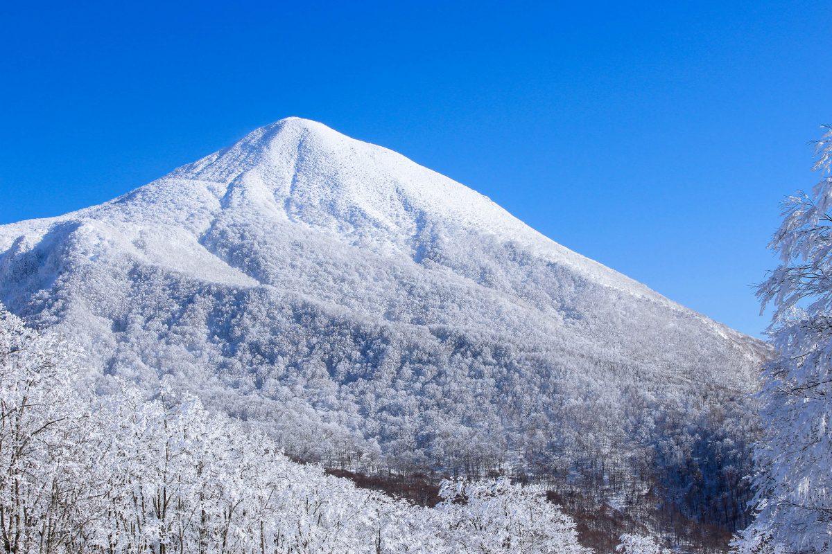 Der knapp 2.000m hohe Mount Bandai in Fukushima, Japan, gab dem Bandai-Asahi-Nationalpark seinen Namen - © myfavoritescene / Shutterstock