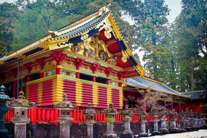Der winterliche Tosho-gu-Schrein im Nikko-Nationalpark in Japan - © cowardlion / Shutterstock