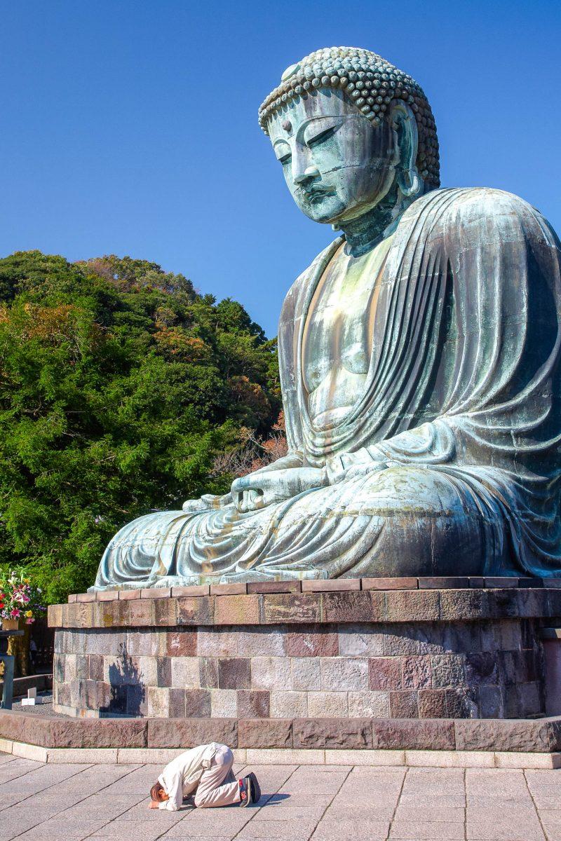 Die an die 100 Tonnen schwere Bronzestatue stellt den Buddha Amitabha in bekannter, sitzender Haltung der buddhistischen Meditation dar, Kamakura, Japan - © Serg Zastavkin / Shutterstock