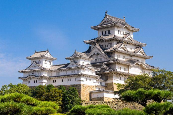 Die Burg von Himeji (auch Himeji-jō genannt) aus dem 17. Jahrhundert ist eines der ältesten Bauwerke Japans und gilt als schönstes und meistbesuchtes Schloss  - © Martin Mette / Shutterstock