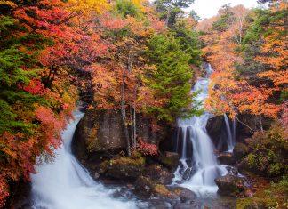 Einer der kleineren Wasserfälle im Nikko-Nationalpark in Japan - © tamapapat / Shutterstock