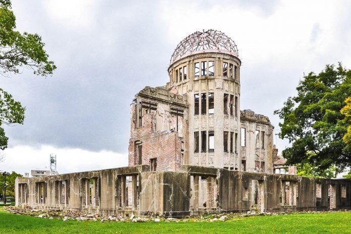 """Das Friedensdenkmal in der japanischen Küstenstadt Hiroshima, auch unter """"Atombombenkuppel"""" bekannt, erinnert an die Opfer der Atombombe vom 6. August 1945, Japan - © kessudap / Shutterstock"""