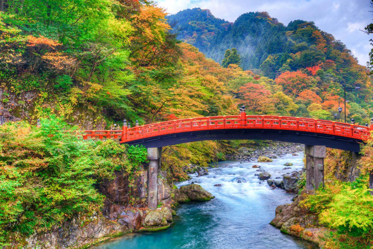 Panoramablick auf die Shinkyo Brücke im Nikko Nationalpark in Japan - © SeanPavonePhoto / Fotolia