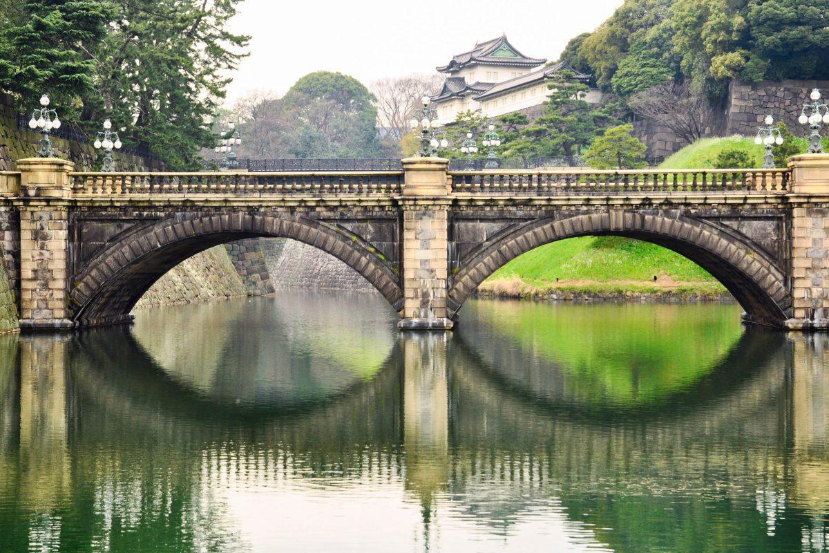"""Die """"Eye Glass Bridge"""" mit dem kaiserlichen Palast im Hintergrund, Tokio, Japan - © sanupot / Fotolia"""