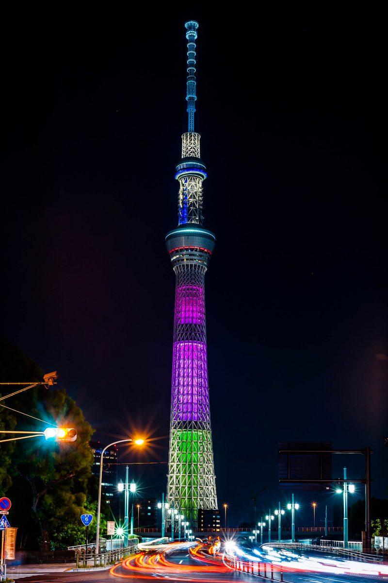 In der Nacht wird der 2012 eröffnete Skytree in Tokio von tausenden LEDs mit wechselnden Farben beleuchtet, Japan - © skyearth / Shutterstock