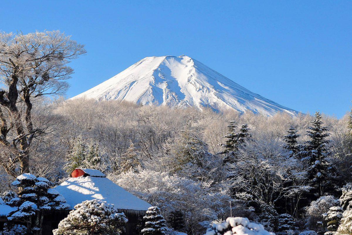 Winterstimmung in Japan mit dem tief verschneiten Mount Fuji - © Samka Khetsopon / Shutterstock