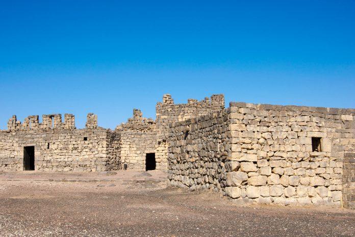 Als einstiges Hauptquartier von Lawrence von Arabien zieht das Qasr al-Azraq zahlreiche Besucher in die entlegene Wüste um die Hauptstadt von Jordanien - © flog / franks-travelbox