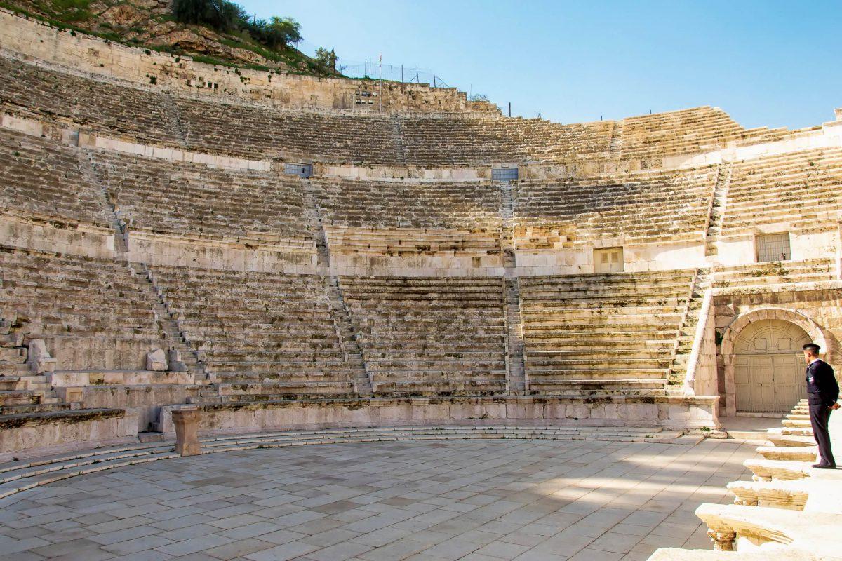 Das 6000 Zuschauer fassende Römische Theater von Amman, Jordanien, wird heute noch für Veranstaltungen genutzt - © flog / franks-travelbox