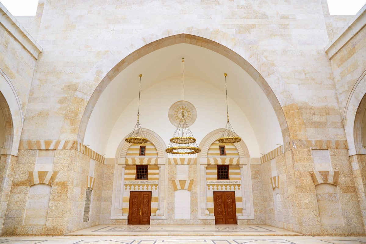 Das Innere der König-Hussein-Bin-Talal-Moschee in Amman besteht aus kostbarem Marmor und eleganten Wandschmuck im Umayyaden-Stil, Jordanien - © andersphoto / Shutterstock