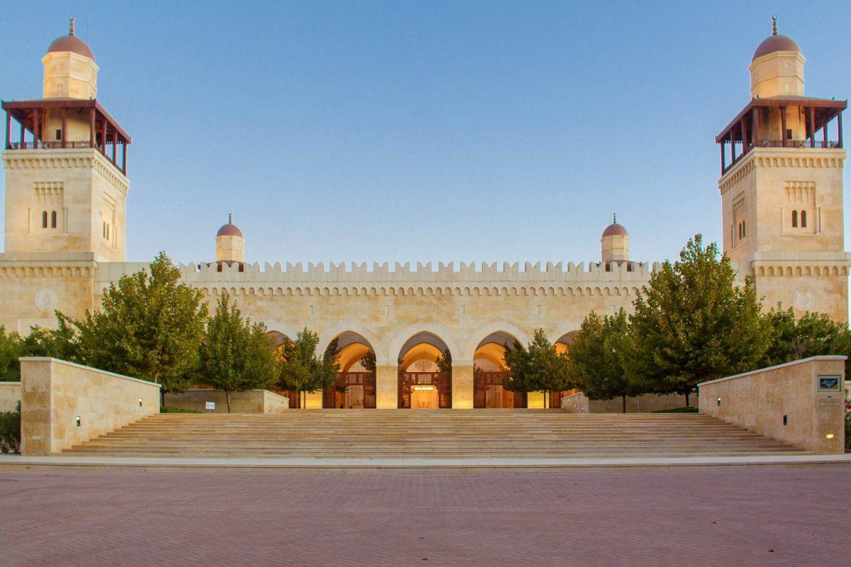 Die Hussein-Bin-Talal-Moschee in Amman, Jordanien, gleicht mit ihren zinnenbewährten Mauern und den vier Minaretten als Ecktürmen nahezu einer Ritterburg - © Martin Good / Shutterstock