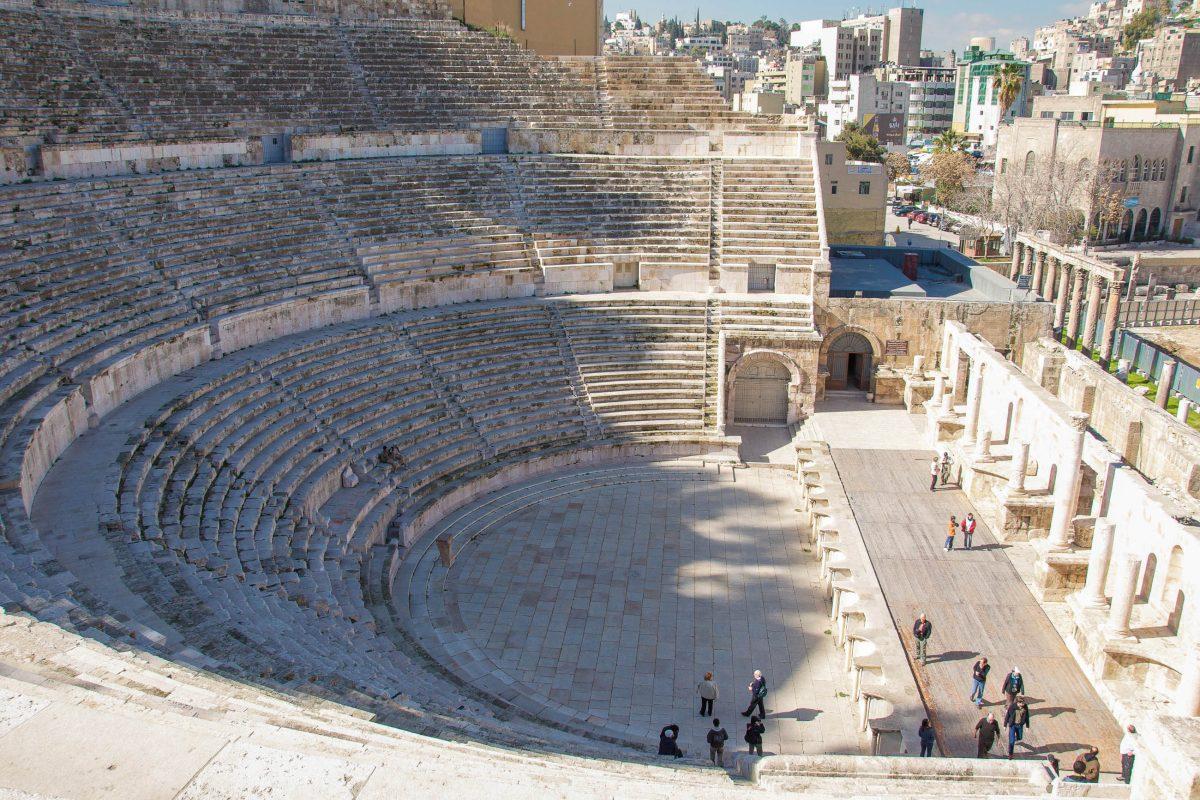 Gemeinsam mit dem Odeon flankierte das römische Theater ein säulenbestandenes Forum, welches sich im damaligen Zentrum von Amman befand, Jordanien - © flog / franks-travelbox