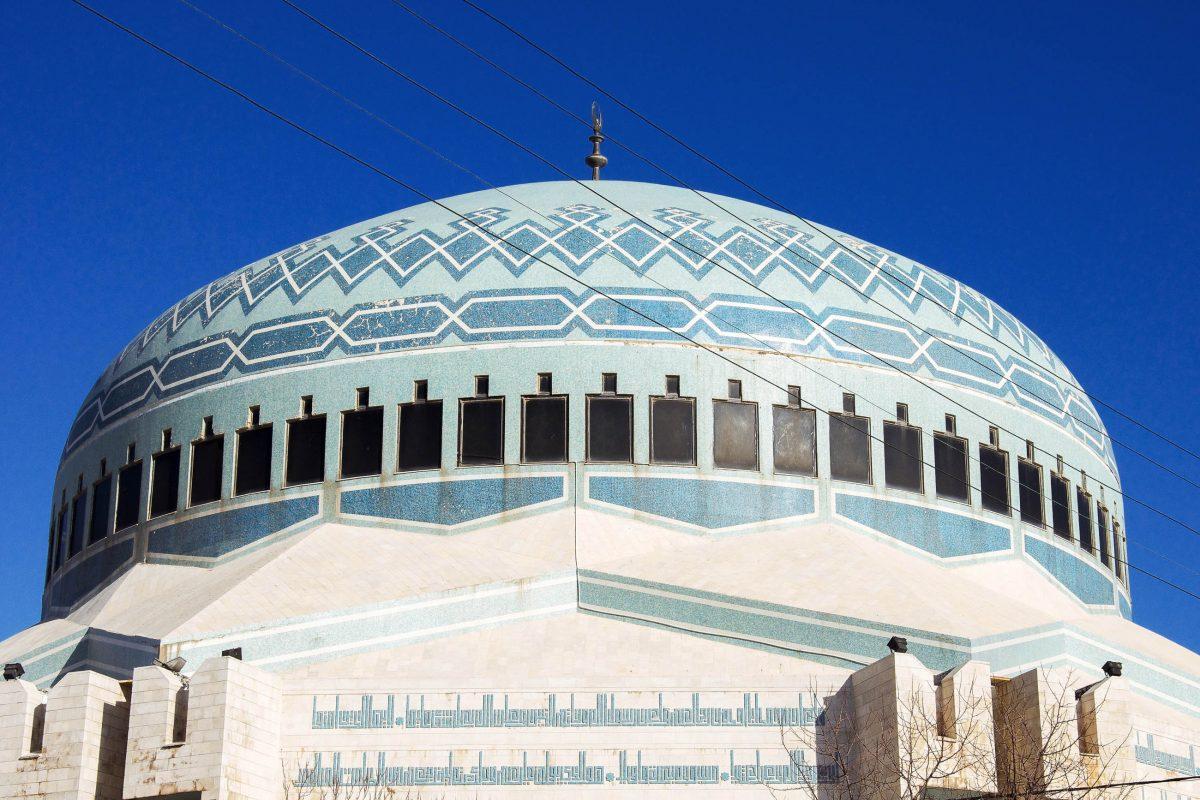 Mit aufwändigen Mosaiken verziert zählt die himmelblaue Kuppel der König-Abdullah-Moschee zu den Wahrzeichen von Amman, Jordanien - © flog / franks-travelbox