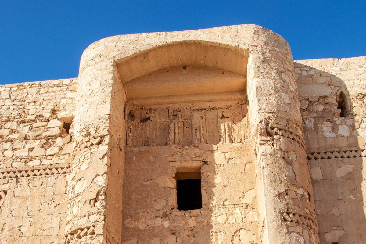 Bis auf ein dünnes Zick-Zack-Band und die Umrahmung des Hauptportals weist die Fassade des Qasr Kharana in der Wüste Jordaniens keine Verzierungen auf - © flog / franks-travelbox