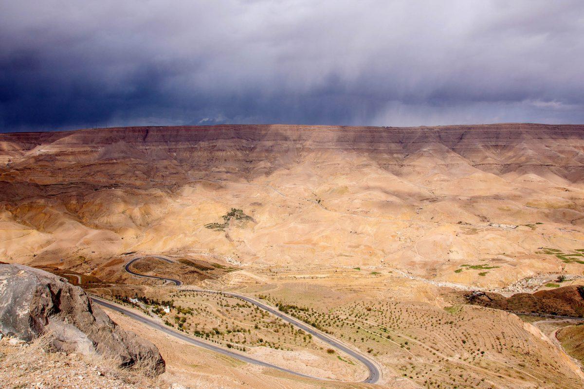 Das eindrucksvolle Wadi Mudschib endet direkt am Toten Meer und wird von der Königsstraße in unzähligen Serpentinen durchquert, Jordanien - © flog / franks-travelbox