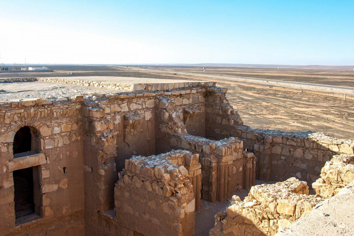 Das Umayyaden-Schloss Qasr Kharana ist auf seinem Hügel in der Wüste von Jordanien bereits von weitem gut zu sehen - © flog / franks-travelbox