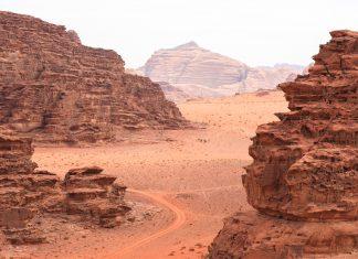 Das Wadi Rum ist das größte Wadi Jordanienes, 100km lang und beeindruckt durch spektakuläre Felsformationen in der roten Sandwüste Jordaniens - © hecke71 / Fotolia