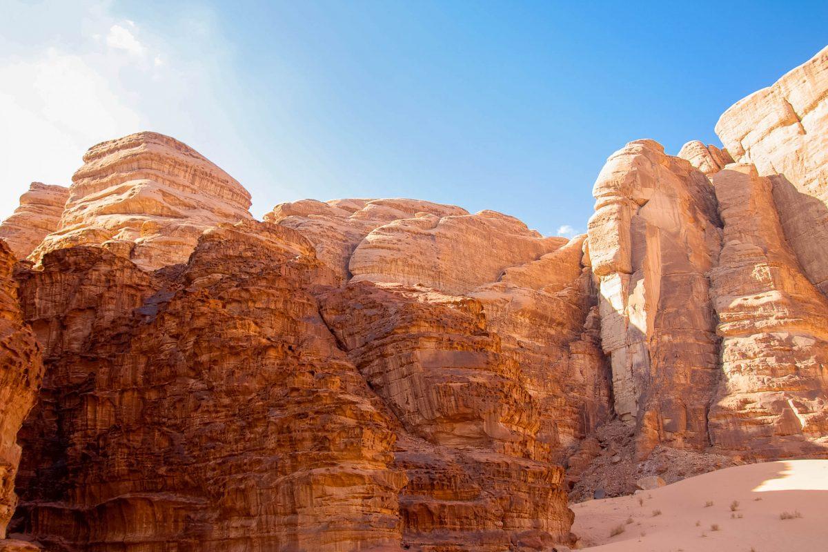 Das Wadi Rum ist durchsetzt von bizarren Felsformationen und schroffen Bergflanken, Jordanien - © flog / franks-travelbox