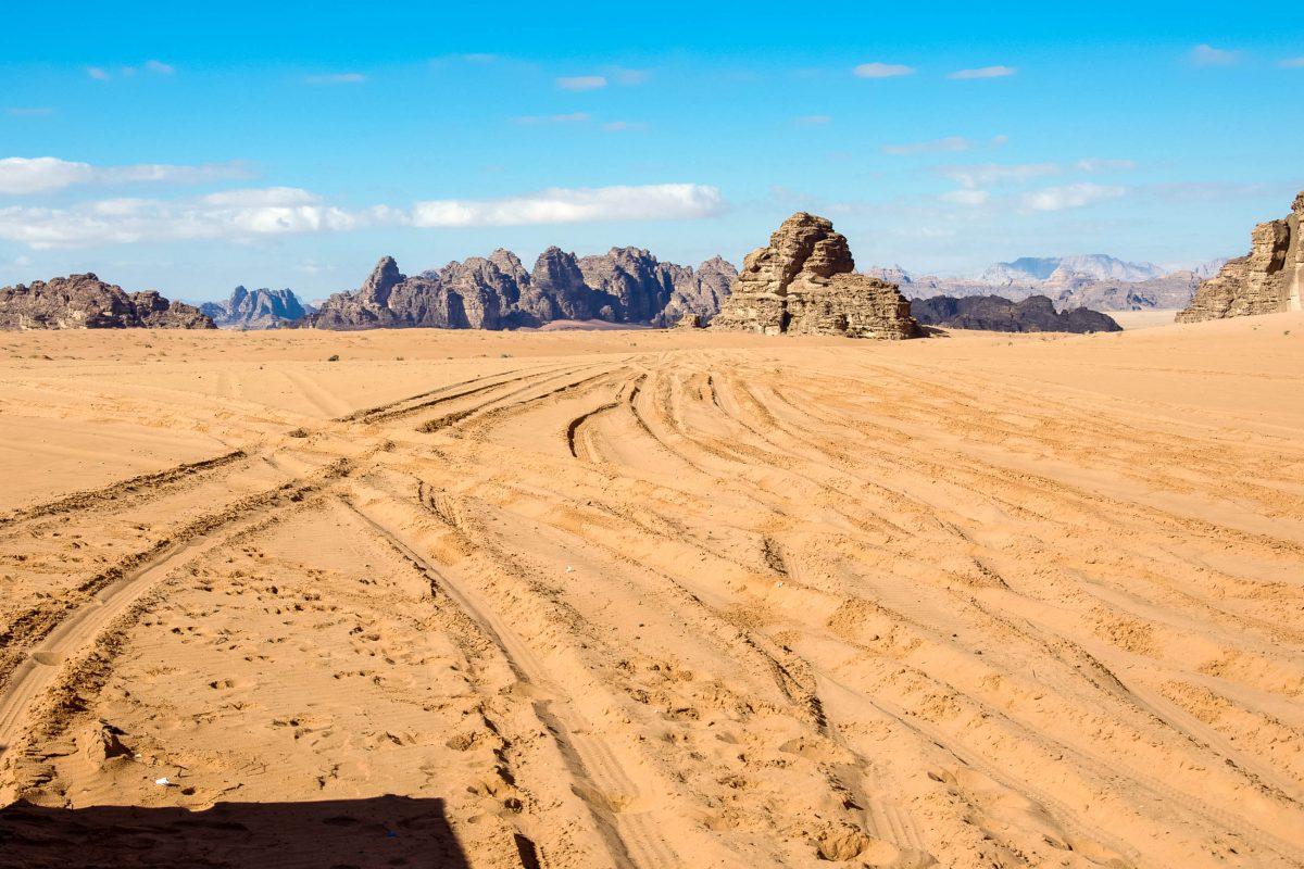 """Das Wadi Rum (""""Wadi Ramm"""" ausgesprochen) liegt im Süden Jordaniens und ist das größte Wadi des Landes - © flog / franks-travelbox"""