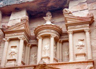 Die gewaltige Felsenstadt Petra ist eine der spektakulärsten Sehenswürdigkeiten Jordaniens - © flog / franks-travelbox