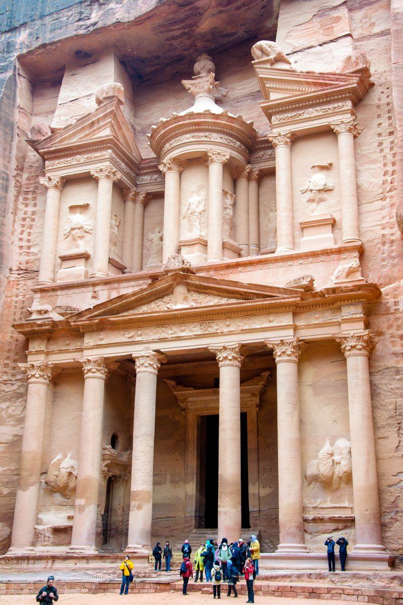 Die gewaltigen Fassaden der monumentalen Tempel in Petra wurden direkt aus dem hellroten Sandstein gemeißelt und sind dadurch vor Erosion geschützt, Jordanien - © flog / franks-travelbox
