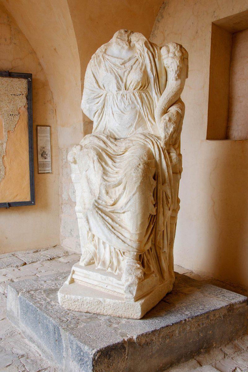 Die heute kopflose Statue der griechischen Schicksalsgöttin Tyche thronte einst im Orchester des Westtheaters, Gadara, Jordanien - © flog / franks-travelbox