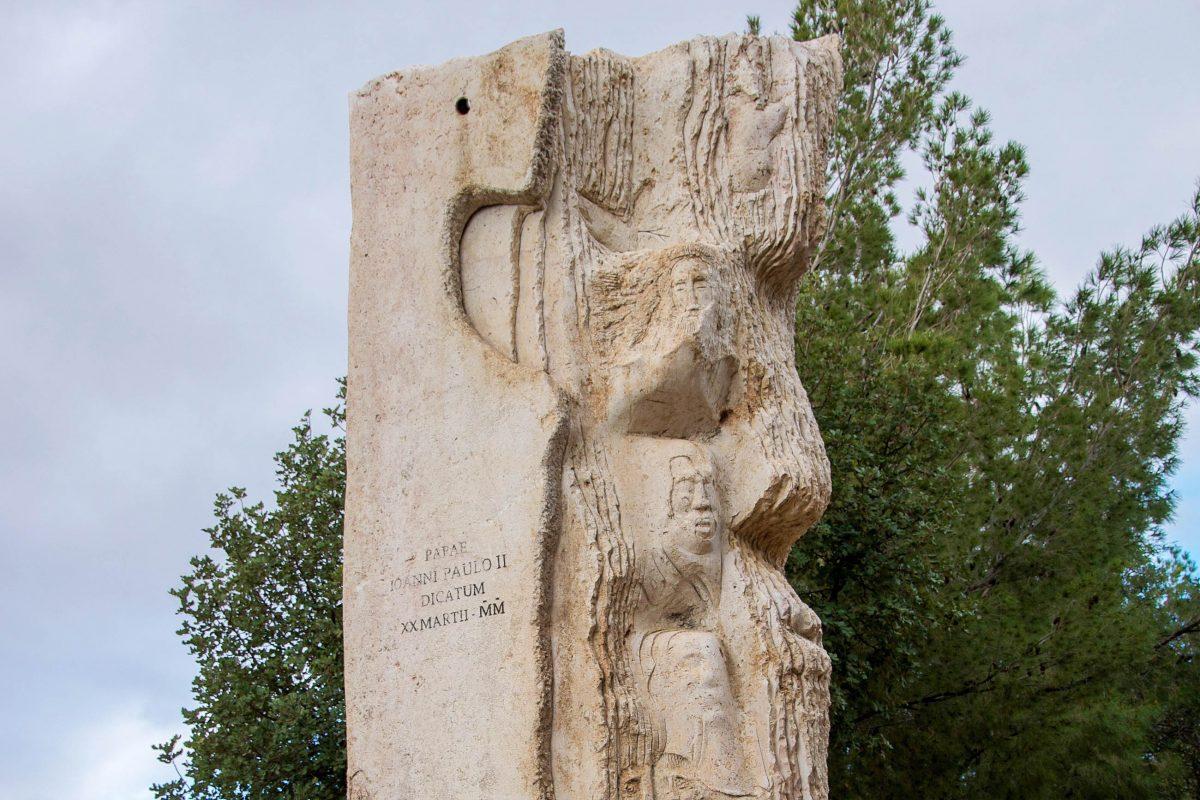 Dieses Denkmal auf dem Berg Nebo im Westen von Jordanien erinnert an den Besuch von Papst Johannes Paul II. im Jahr 2000 - © flog / franks-travelbox
