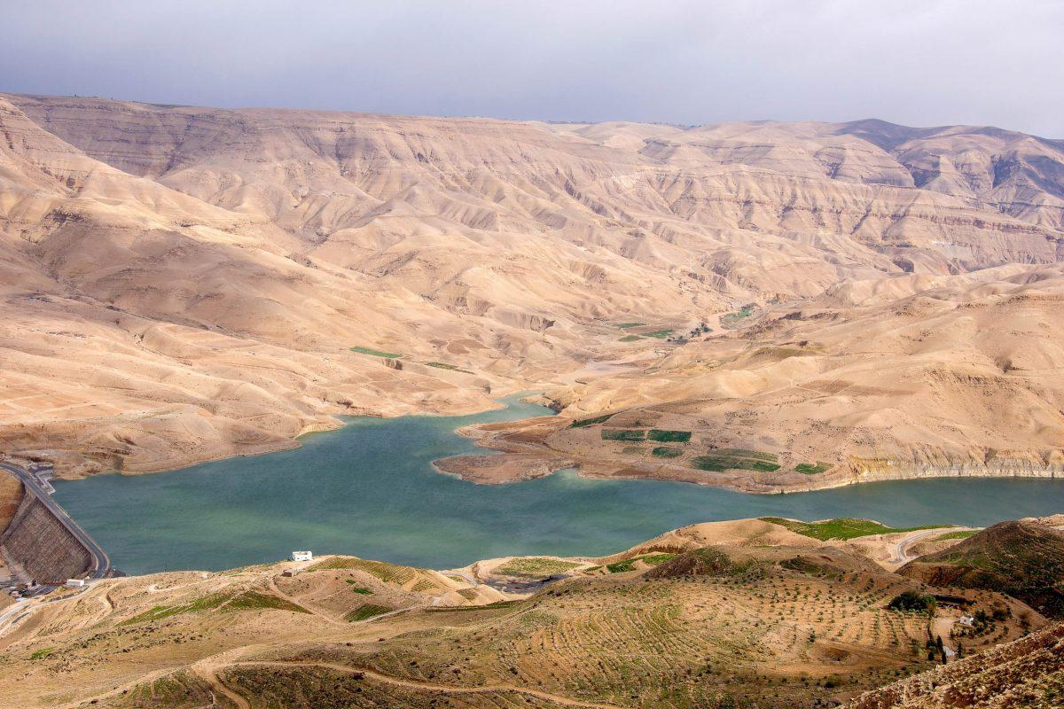 Für den Bau der Königsstraße wurde 2003 rund 100 Kilometer südlich von Amman die Mujib-Talsperre im Grand Canyon von Jordanien errichtet - © flog / franks-travelbox