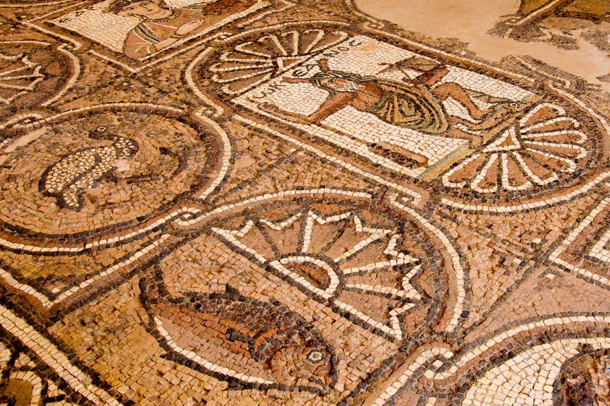 Fußboden-Mosaik in einer der noch vorhandenen Straßen Petras, Jordanien - © flog / franks-travelbox
