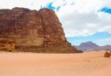 Im Osten von Aqaba zieht sich die gewaltige Schlucht des Wadi Rum durch die rotbraune Wüstenlandschaft Jordaniens - © flog / franks-travelbox