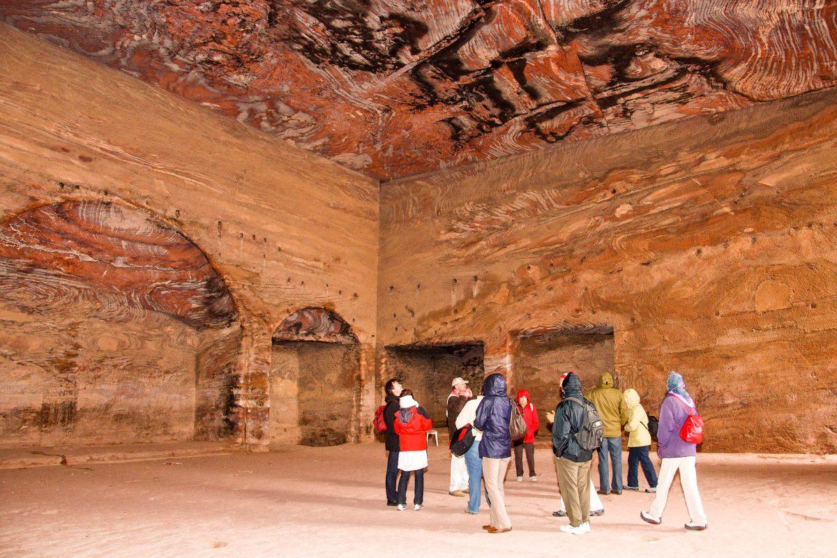 Innenansicht einer der 800 Bauten und Opferplätze in der Felsenstadt Petra, Jordanien - © flog / franks-travelbox