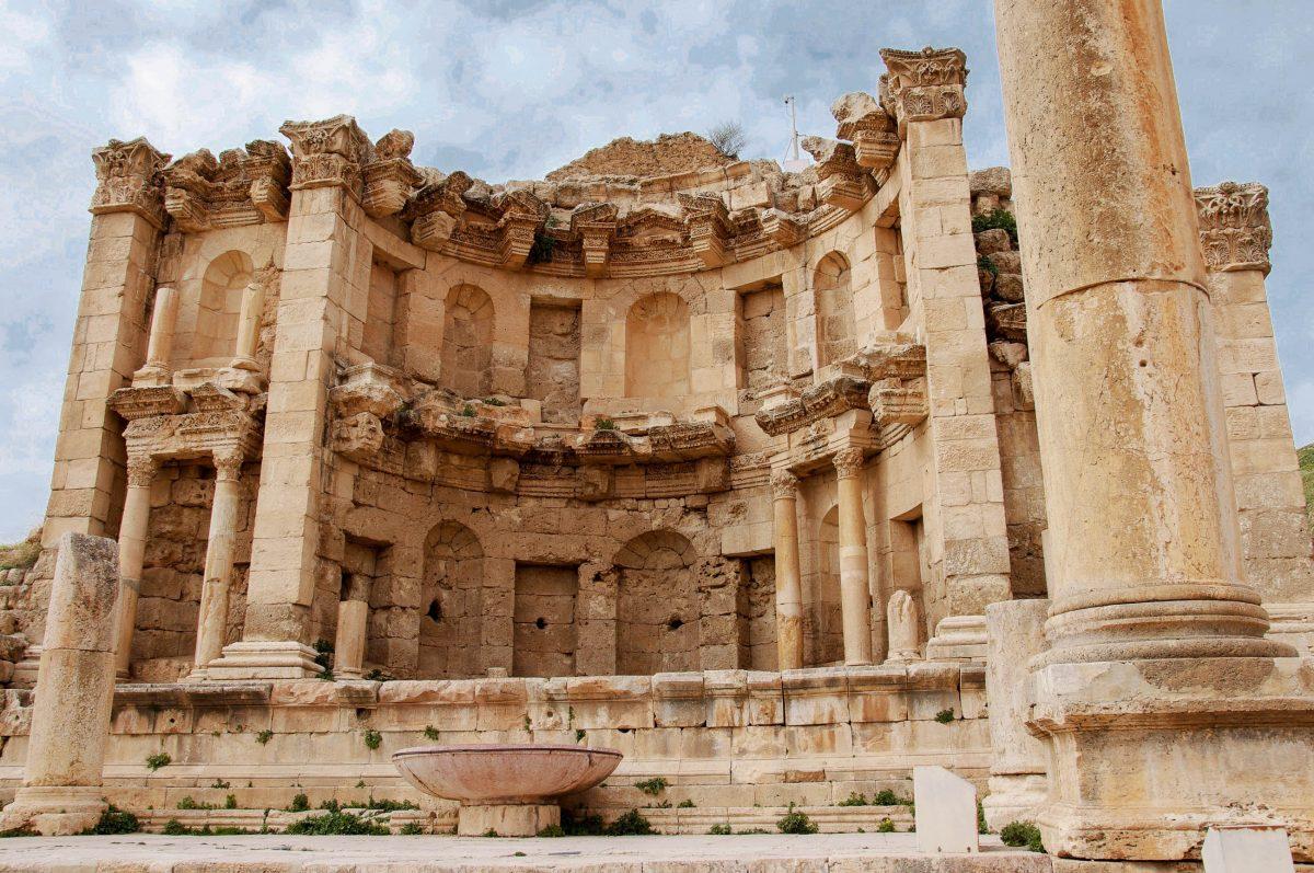 Das den Wassernymphen geweihte Nymphäum stammt aus dem 2. Jahrhundert nach Christus und zählt zu den schönsten und besterhaltenen Gebäuden von Gerasa - © flog / franks-travelbox