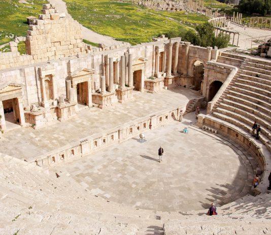 Das südliche Amphitheater in der antiken Stadt Gerasa, Jordanien, wurde Ende des 1. Jahrhunderts nach Christus errichtet und bot bis zu 5.000 Zuschauern Platz - © flog / franks-travelbox