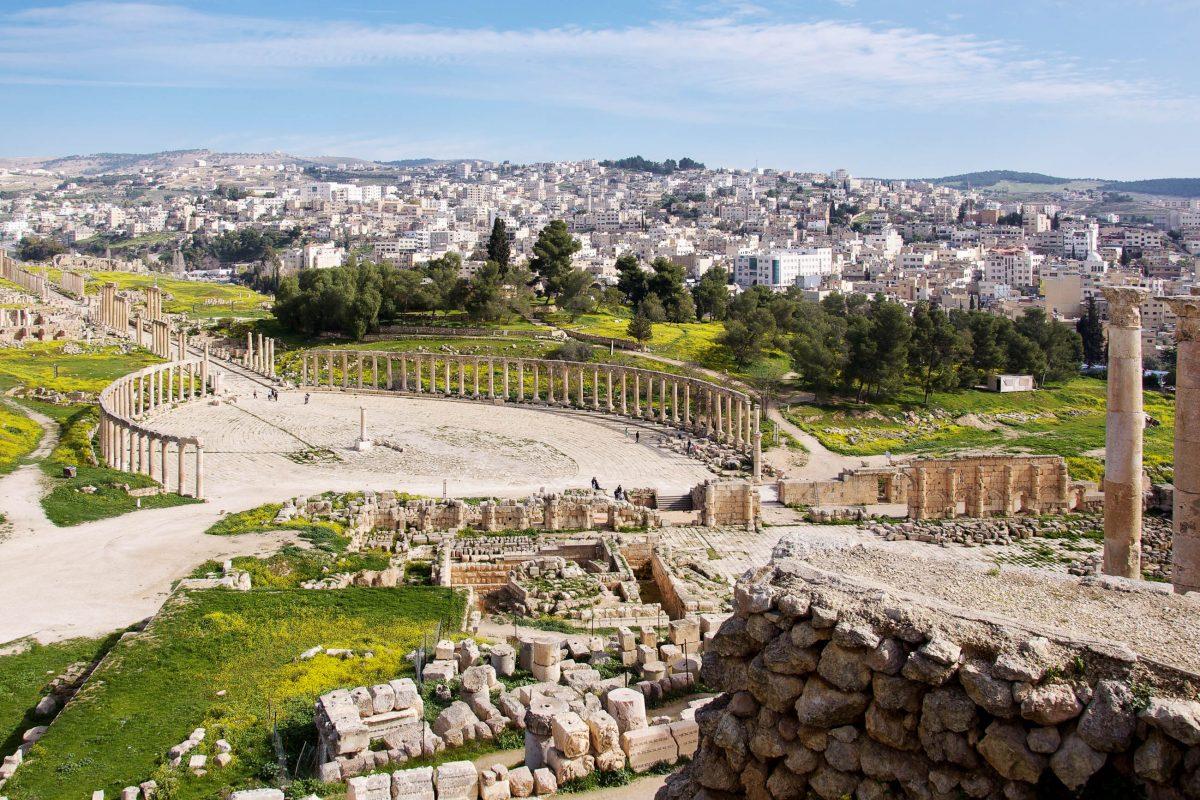 Die säulenbewährte Hauptstraße der antiken Stadt Gerasa führt zum imposanten ovalen Forum, Jordanien - © flog / franks-travelbox