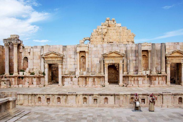 Gerasa (Jerash) im Norden von Jordanien zählt mit ihren knapp 2.000 Jahre alten Bauten zu den am besten erhaltenen Provinzstädten des römischen Reiches  - © flog / franks-travelbox