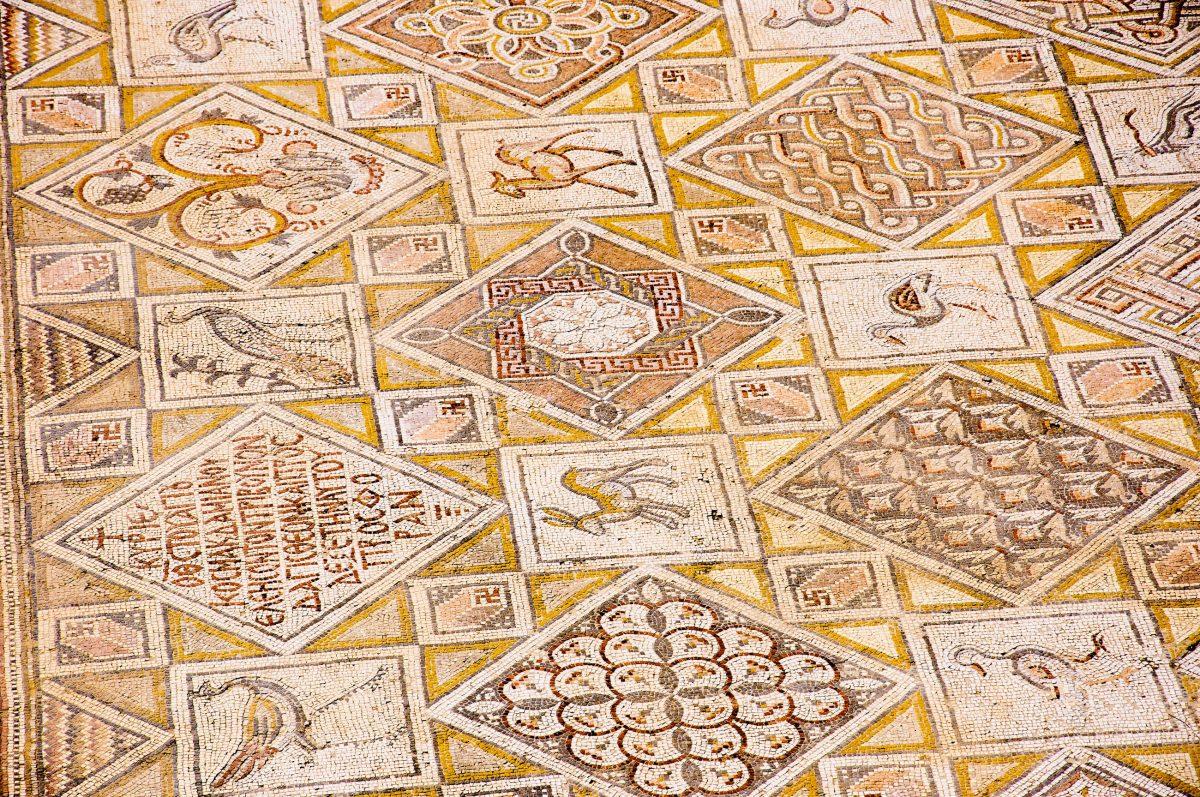 Kunstvolles Bodenmosaik in der Jahrtausende alten Stadt Gerasa im Norden Jordaniens - © flog / franks-travelbox