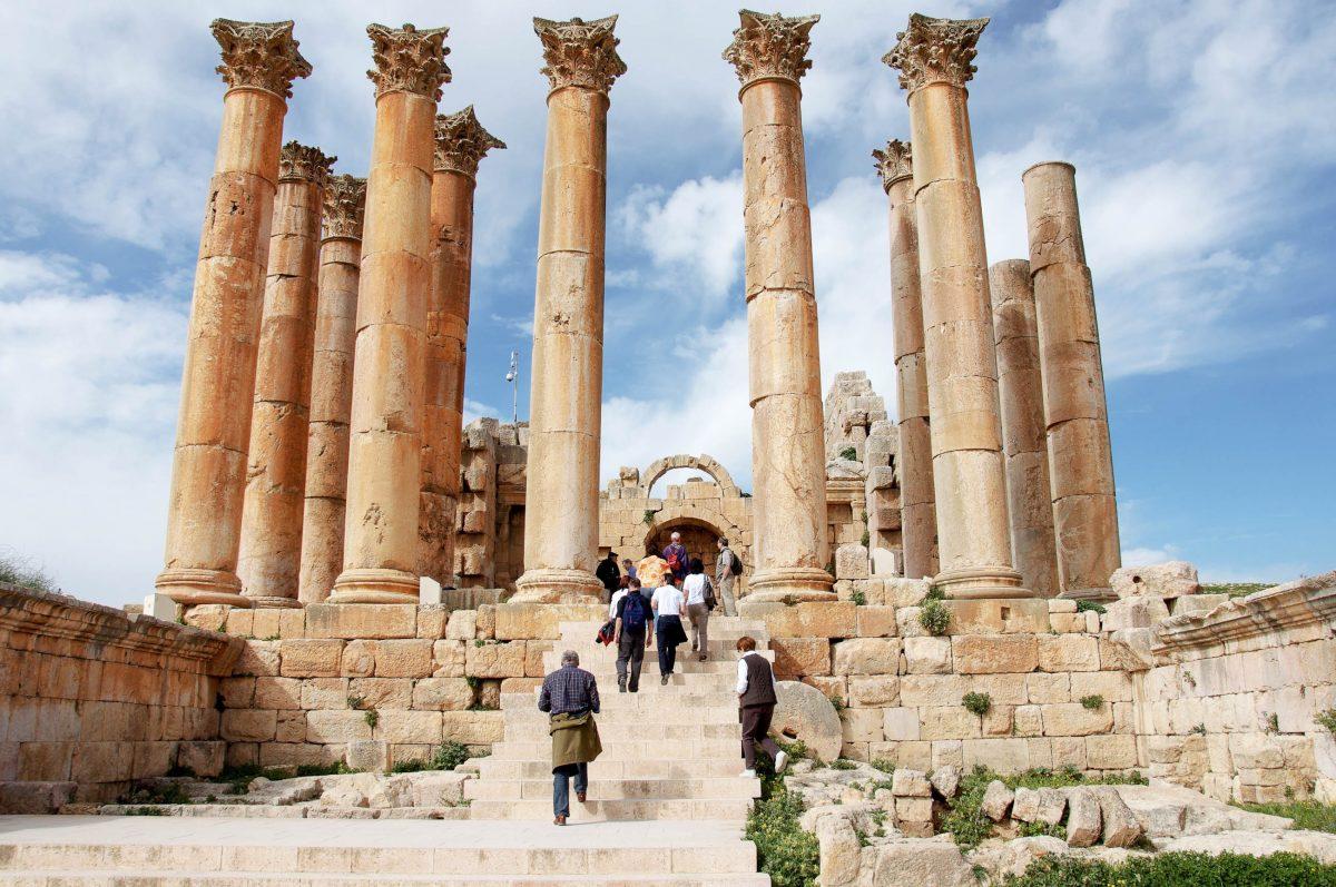 Von den 32 korinthischen Säulen des Artemis-Tempels in Gerasa, Jordanien, ragen heute noch elf in den Himmel - © flog / franks-travelbox