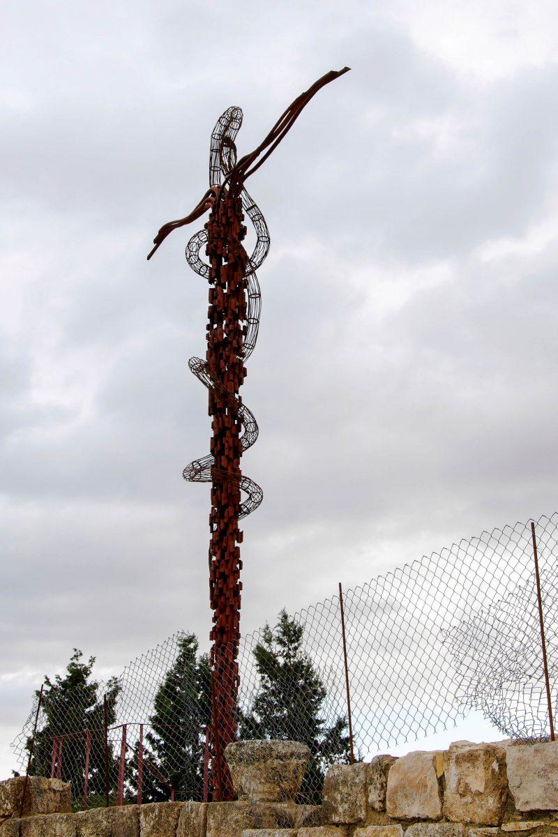 Schlange und Kreuz auf dem Berg Nebo in Jordanien stehen für die Verbindung des Neuenund Alten Testaments - © flog / franks-travelbox.com