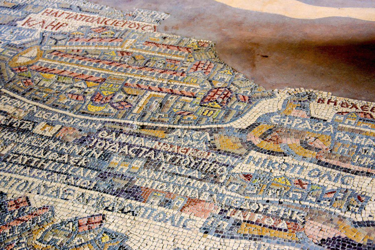 Unter den Mosaiken von Madaba am Fuß des Berges Nebo ist die erste Landkarte von Jordanien zu finden - © flog / franks-travelbox