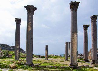Von der einst imposanten byzantinischen Hauptkirche in Gadara, Jordanien, sind heute nur noch einige Säulen zu sehen - © flog / franks-travelbox