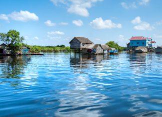 Schwimmendes Haus und Hausbooteauf dem Tonle Sap See, zwischen Battambang und Siem Reap, Kambodscha - © MasterLu / Fotolia