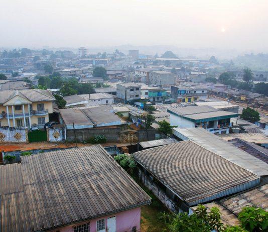 Yaoundé, die Hauptstadt Kameruns, am frühen Morgen - © Sylvie Bouchard / Shutterstock