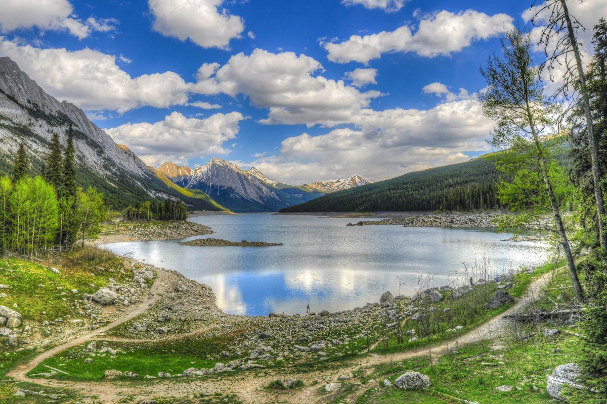 Der Medicine-Lake im Jasper Nationalpark in Kanada ist ein mystischer Ort, um den sich viele Indianerlegenden ranken - © BGSmith / Shutterstock