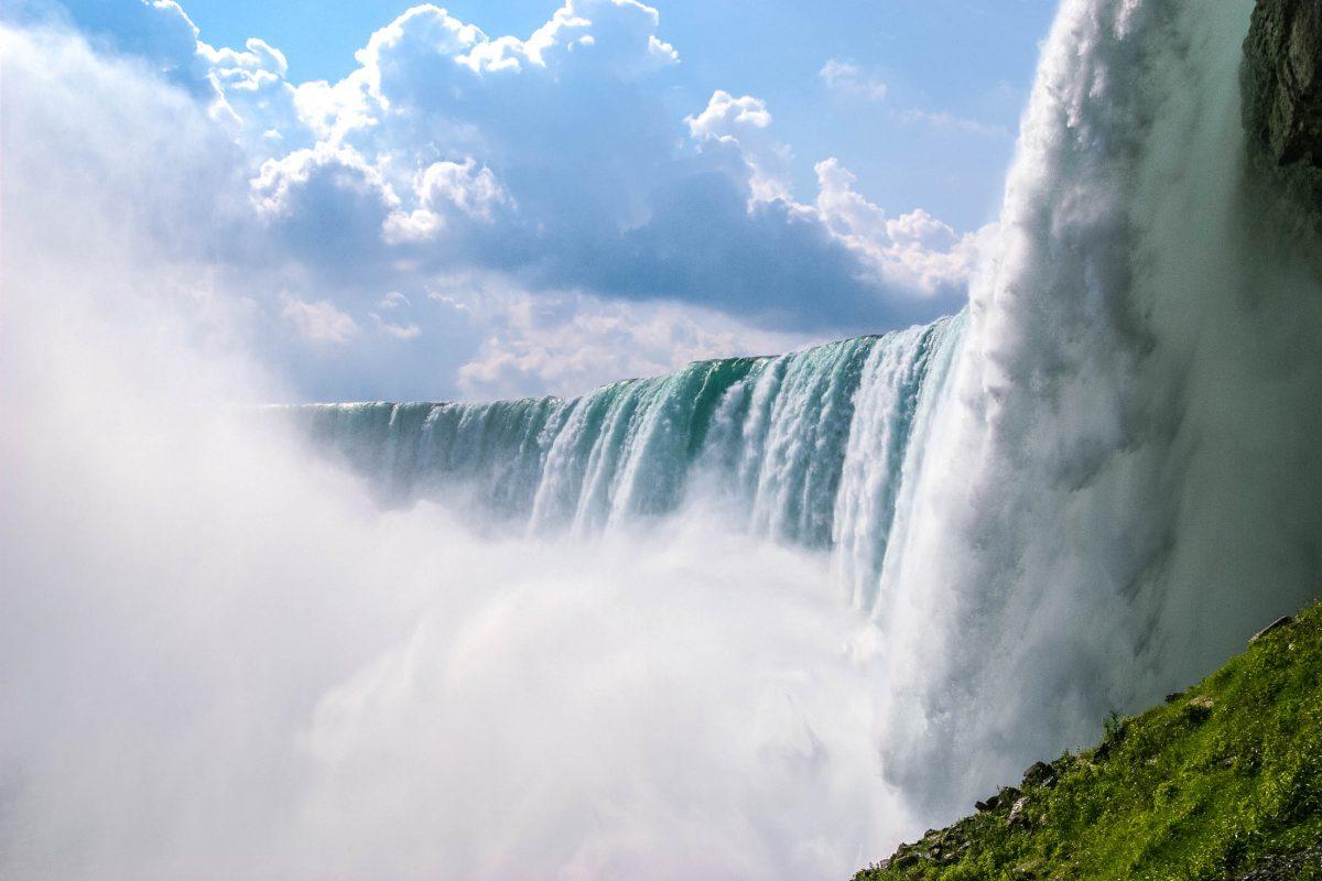 Die Niagarafälle an der Grenze zählen zu den bekanntesten Wasserfällen der Welt; Imposante Wassermengen stürzen 50m in die Tiefe und können von den Besuchern bestaunt werden, Kanada/USA  - © James Camel / franks-travelbox