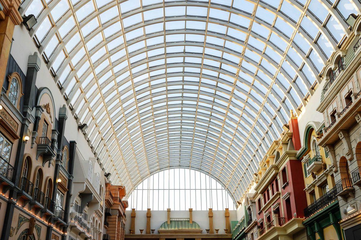 Gläserne Dachkonstruktion der West Edmonton Mall, Alberta, Kanada - © 2009fotofriends / Shutterstock